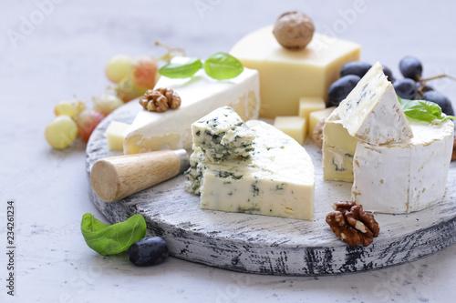 Fototapeta cheese board soft cheese, nuts and grapes obraz
