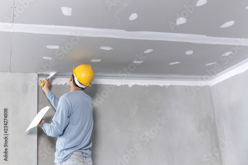 Photo Craftsman working with plaster gypsum ceiling for interior build gypsum board ce