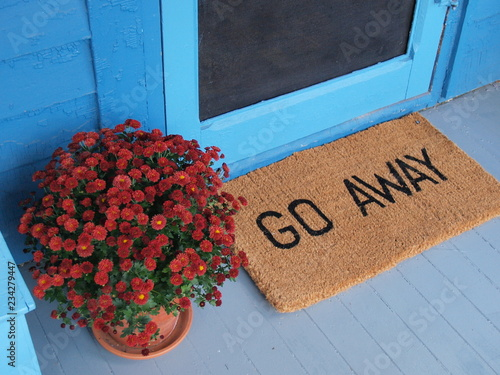Obraz Unwelcoming welcome mat says Go Away on a pretty porch - fototapety do salonu