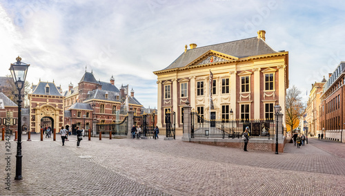 Fotografia Panorama photo of the Mauritshuis with the Grenadierspoort to the Binnenhof in t