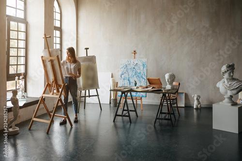 Cuadros en Lienzo Artist at the working process