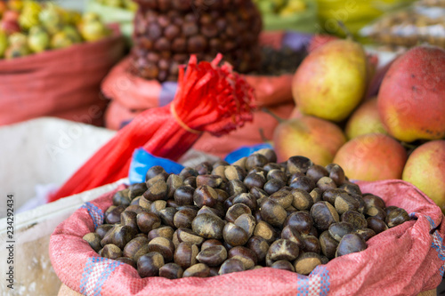 Foto  Chestnuts are selling at a local market of Sapa in the north of Vietnam