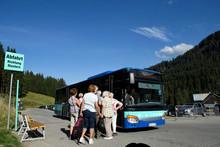 An Der Auenhütte Im Kleinwalsertal Warten Wanderer Auf Den Bus