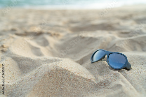 Fotografia  Sunglasses  on the beach for vacation concept or for summer background