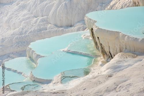 La pose en embrasure Turquie Pamukkale, natural pool with blue water, Turkey