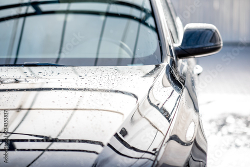 Fotografía  Close-up of a clean car with water dropes after the washing