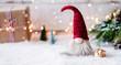 canvas print picture - Frohe Weihnachten - Kleiner Wichtel zwischen Geschenken, Schnee und weihnachtlicher Dekoration im Winter