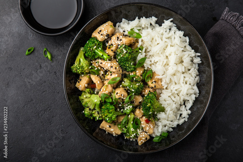 Fotografía teriyaki chicken and broccoli with steamed rice in bowl
