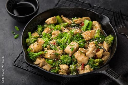 Photo  teriyaki chicken and broccoli in cast iron pan