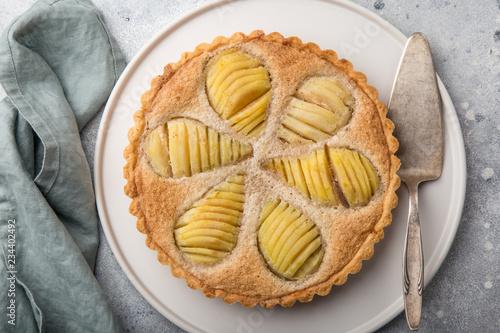 Fotografia poached pear and almond frangipane tart