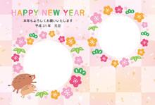 年賀状テンプレート 写真フレーム ハガキ 2019年亥年 猪の親子と松竹梅 市松模様 ピンク