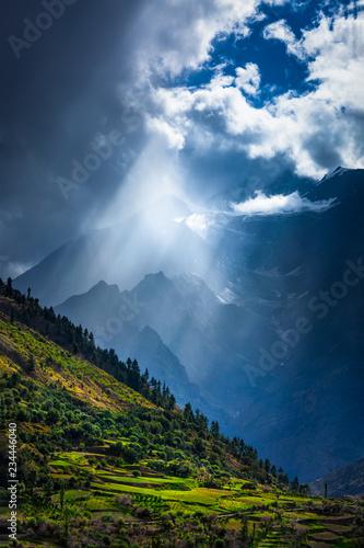 promienie-slonca-przez-chmury-w-himalajskiej-dolinie-w-himalajach