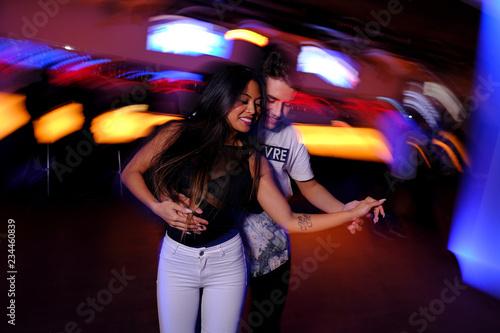 Fototapeta  Pareja joven bailando salsa y bachata en una fiesta en club nocturno