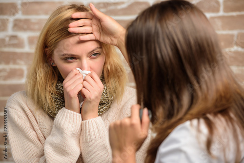 Fotografía  Girl in scarf hold tissue while doctor examine her