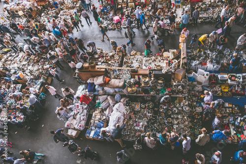 Marché aux puces Els Encants à Barcelone, plafond en miroirs - 234529686