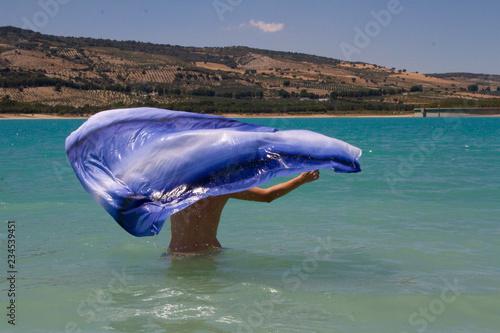 dentro de un pantano mujer con un pañuelo azul