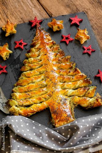Foto auf Leinwand Vorspeise tarte soleil pesto en forme de sapin 1