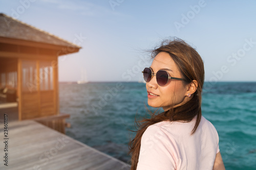 Foto  Asian beautiful woman enjoyful traveling sea background.
