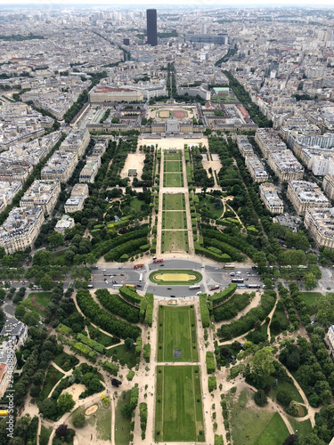 Foto  champ de mars and city view from the  eiffel tower in Paris
