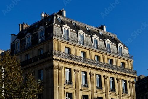 Obraz na plátně Immeuble massif parisien en pierre
