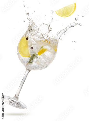 Deurstickers Cocktail lemon slice falling into a splashing gin tonic
