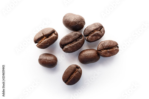 Foto op Canvas koffiebar Roasted coffee beans isolated on white background.