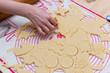 Kinder hand bearbeitet den Teig und schneiden Plätzchen heraus