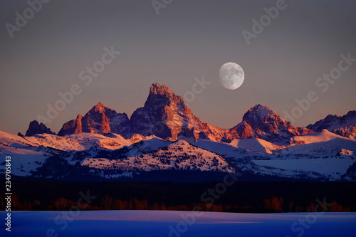 Fotografia, Obraz Sunset Light Alpen Glow on Tetons Teton Mountains wtih Moon Rising