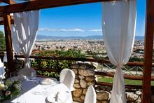 Apparecchiatura Di Tavoli Con Vista Spettacolare Di Cagliari Dall'alto