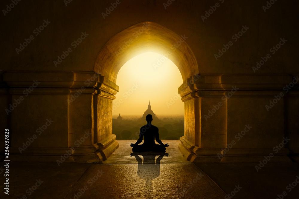 Fototapety, obrazy: Medytacja w buddyjskiej świątyni