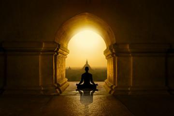 Medytacja w buddyjskiej świątyni