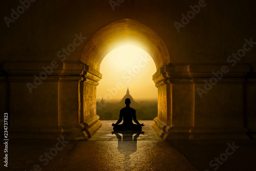 Foto Meditation in buddhist temple