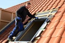 """Dachdecker Arbeitsplatz: Dachfenster Von """"Velux"""" Auf Dächern Instandsetzen, Eindeckrahmen An Dachziegel Andecken"""