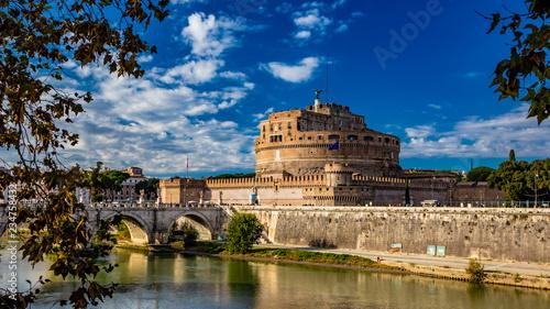 Zdjęcie XXL Mauzoleum rzymskiego cesarza Hadriana, zwykle znane jako Castel Sant'Angelo, z tytułowym mostem i rzeką Tyber w Rzymie, niedaleko Watykanu. Był używany przez papieży jako twierdza i zamek