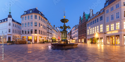 Foto auf AluDibond Skandinavien Stork Fountain on the Amagertorv square, Stroget street during morning blue hour, Copenhagen, capital of Denmark