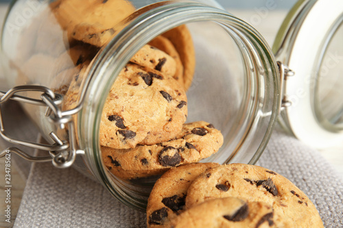 Canvas Print Jar of tasty chocolate chip cookies on table