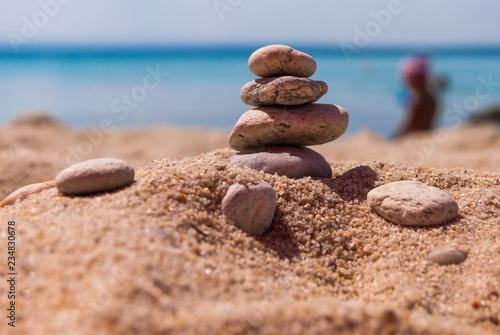 Photo sur Plexiglas Zen pierres a sable Close-up of a pyramid of stones laid on a sea beach