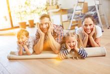 Familie Mit Kindern Beim Umzug...