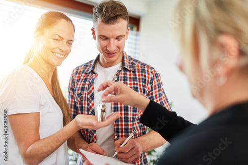 Canvastavla Paar beim Hauskauf vom Makler