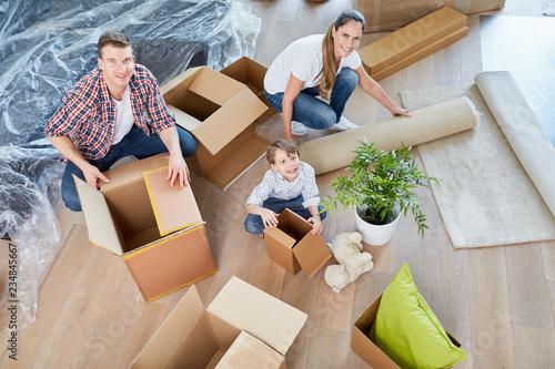 Fotografie, Obraz  Eltern und Kind mit Umzugskartons