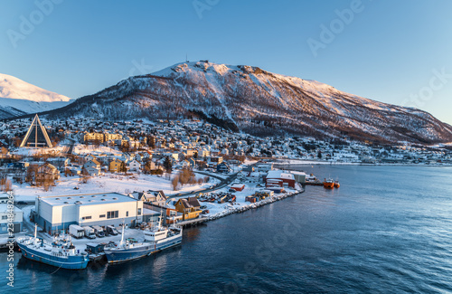 Fond de hotte en verre imprimé Europe du Nord Aerial view to the city of Tromso and it's marina in winter, North Norway.