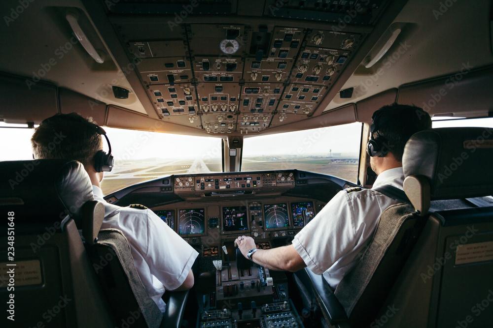 Fotografie, Obraz Piloten bei der Arbeit im Airliner cockpit