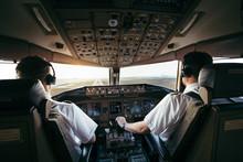 Piloten Bei Der Arbeit Im Airl...