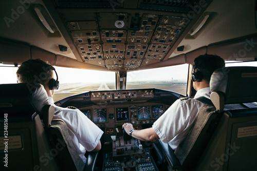 Piloten bei der Arbeit im Airliner cockpit Canvas Print