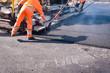 canvas print picture - Straßenbau - neue Asphaltdecke wird gezogen, Arbeiter misst die Schichtdicke