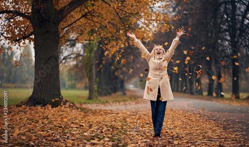 Foto  Senior woman in park in autumn