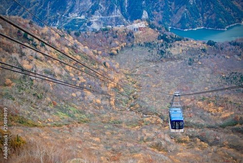 Foto  Landscape view of natural mountain range in autumn time with cable sky car