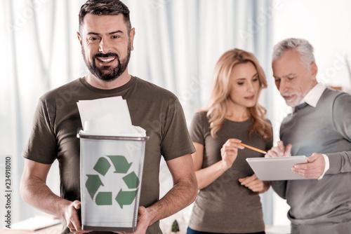 Valokuvatapetti Content man holding a litter bin