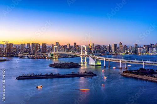 In de dag Aziatische Plekken Rainbow Bridge und Tokyo Tower in Odaiba, Tokyo, Japan
