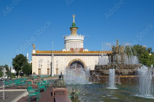 """Foto  Moscow, Russia - August 14, 2018: Fountain """"Stone flower"""" on the background of t"""